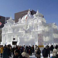 Праздник снега в Саппоро, Япония. Сотни фигур из льда  и снега .